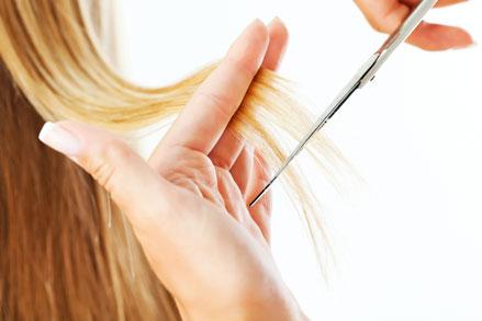 Foto von blonden Haaren, die geschnitten werden