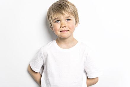 Foto von einem kleinen Jungen mit einem coolen Haarschnitt